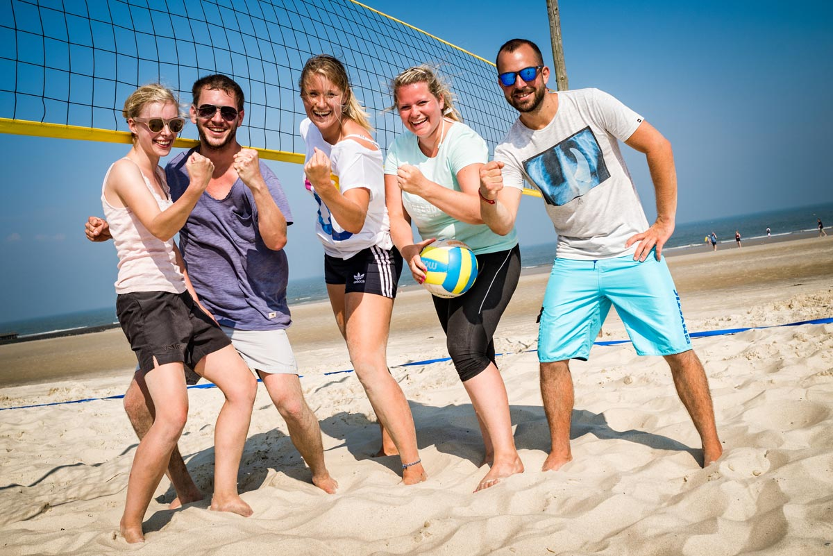 Beachvolleyball-Team am Nordseestrand